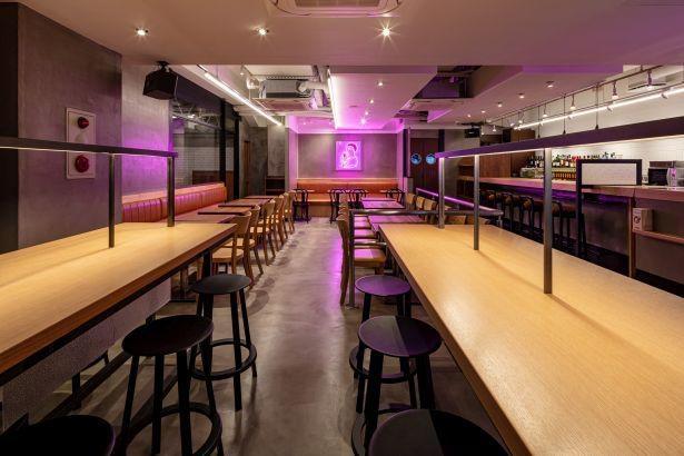 リブランディング1号店「PRONTO 銀座コリドー店」夜の内観。店頭に提げられる暖簾、ピンクのネオンや音楽がサカバを盛り上げる