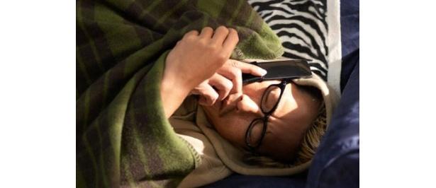 毛布に包まり、気だるそうな表情を浮かべる豊川悦司。まさに典型的なダメ男!?