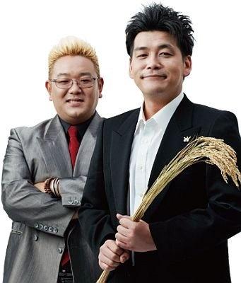 """一日限定で""""ライスマン""""になるのがこの2人!稲穂を手にする富澤さん(右)と、伊達さん(右)。本当のコンビ名は…サンドウィッチマン!"""