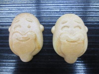 「田中屋本店」の板橋お伝え最中の種(タネ)は、稀に仙人がウインクしているものも。某人気メーカーのまゆげのあるお菓子と同様のアイデア企画だが「全然有名にならない(笑)」(店主)