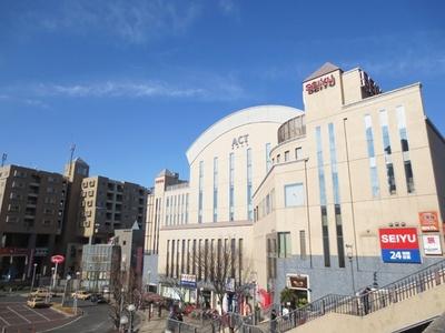 成増駅南口の「なりますスキップ村商店街」の反対となる北口には、スーパーのSEIYU、ホール、図書館などがある
