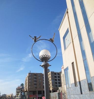 """駅北口の電灯に装飾された鳥のオブジェ。作品で描かれていた鳥が飛び立つイメージカットとどこかだぶる。舞台となった街を巡れば自分だけの""""聖地""""を発見できるかも"""