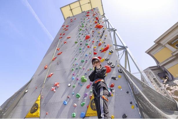 約15メートルの壁の頂上を目指す