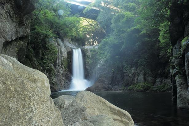落差15mの名瀑、鳴沢の滝は水量が豊富で迫力満点!サイクリング途中の癒しスポットだ