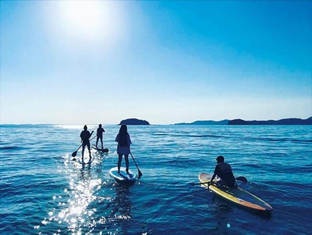 【画像を見る】⻄浦海岸ではSUPやカヤックのツアーが⼈気。海⾯が⽐較的穏やかで初⼼者でも挑戦しやすい