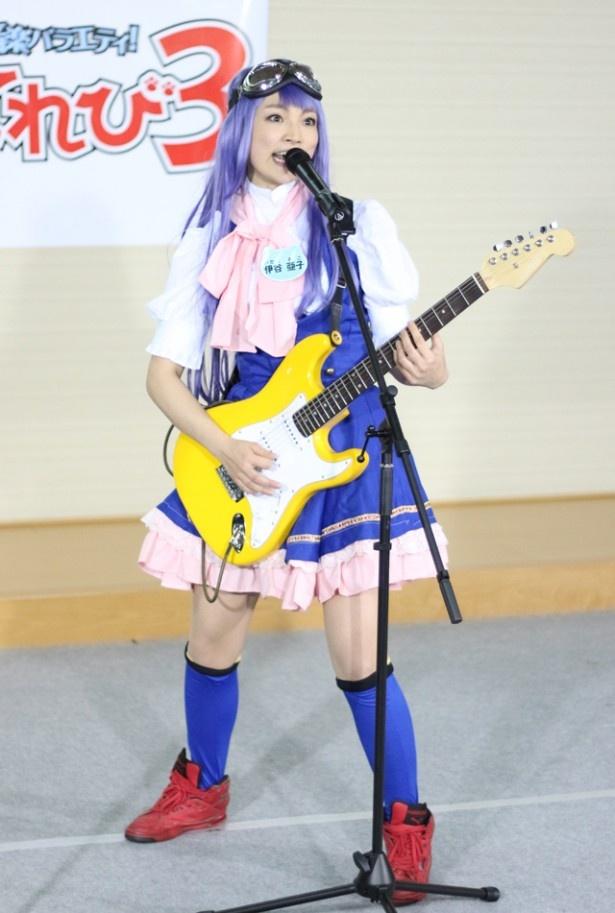 リアル重機娘・伊谷亜子のミニアンプに、前田は「私も持ってたぁー」と大興奮。2人で良さを語り合っていた