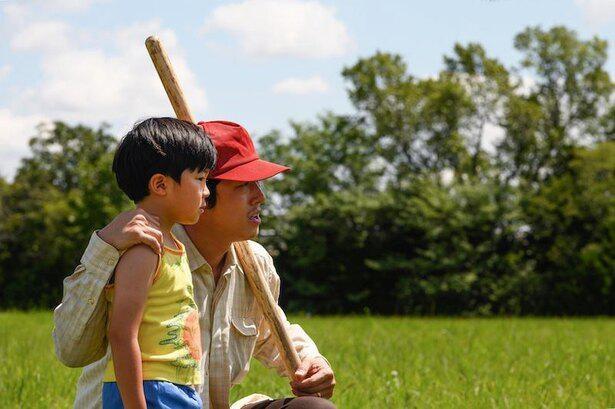 ジェイコブ役のスティーヴン・ユァンと、その息子のデビッドを演じるアラン・キム