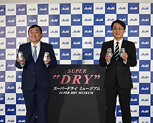 アサヒビール株式会社の塩澤賢一・代表取締役社長(左)と松山一雄・専務取締役マーケティング本部長