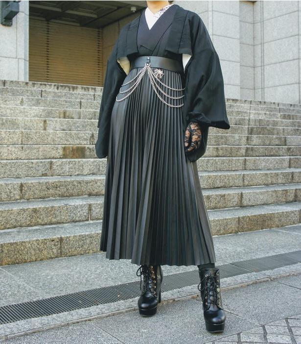着物にショート丈の羽織とレザースカートを組み合わせたクールなコーディネート