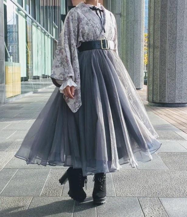 着物に淡いグレーのチュールスカートを合わせたコーデ。歩くたびにヒラヒラ揺れるのがキュート!