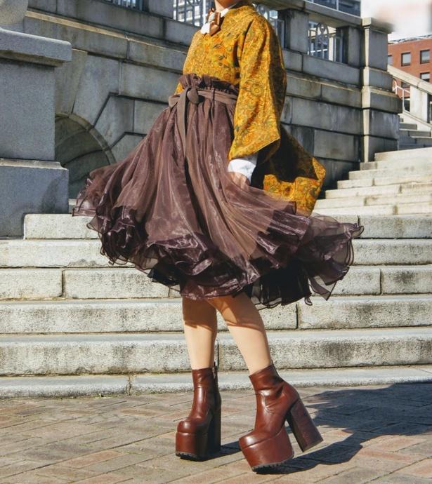 着物にブラウンのチュールスカートを合わせたガーリーなコーディネート