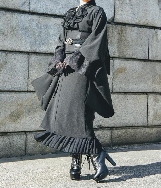 袖を長めに作った真っ黒の着物も人気。黒で統一すると、コーデ全体がゴシックな雰囲気に