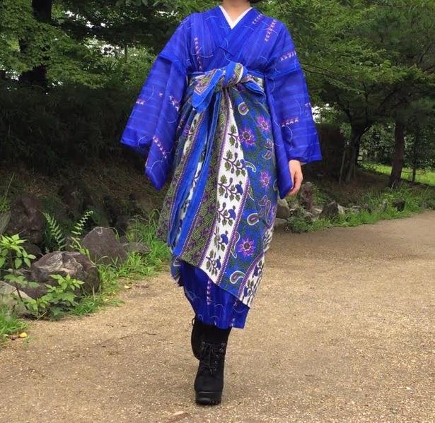夏着物にインド綿の布を。夏に帯を締めると汗疹が出るのが悩みで、帯をせずに着物を楽しめる方法として編み出したという