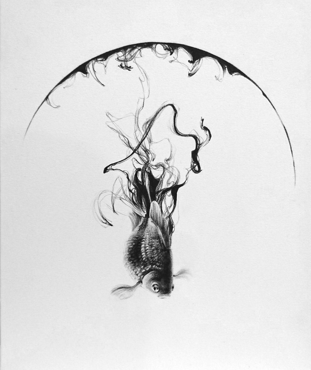 「head over heels」。半円と共に描かれた金魚は、キャンバスの中を泳いでいるかのよう