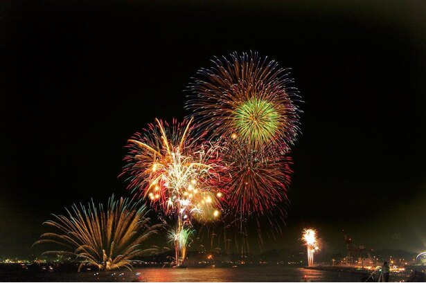 関門海峡花火大会は、海岸からでも、山の上からでも眺められるので、花火と一緒に夜景を楽しめる