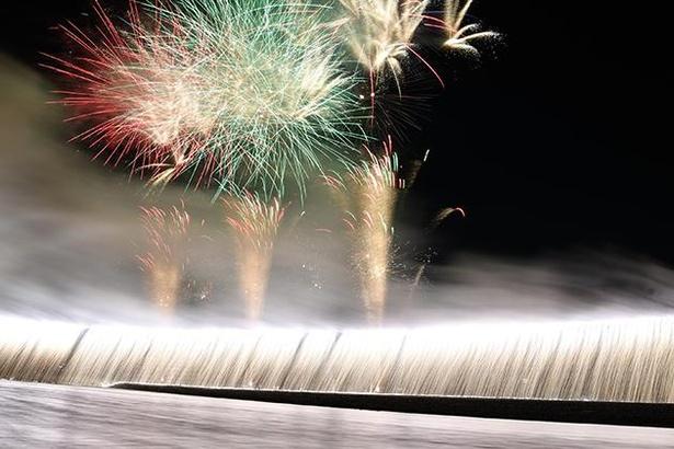 あつぎ鮎まつりの初日の夜空を彩る大迫力の花火ショー