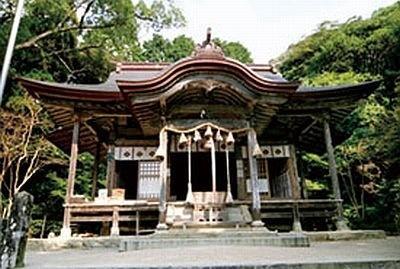 仁比山神社は、九年庵のすぐ隣に位置。神社から九年庵へと続く参道にある樹齢100年のモミジも見もの