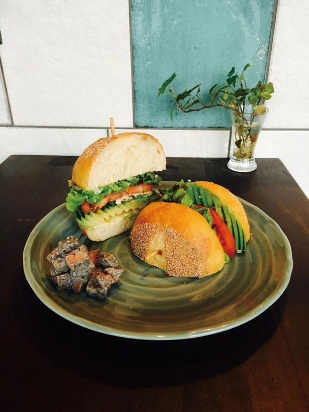 「アボカドサンド」(850円)は、外はサクッと中はふわふわのバンズに、アボカドと野菜がマッチ/さるぅ屋カフェ