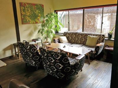 開放感のある2階席と坪庭に臨む1階席は、吹き抜けの空間/さるぅ屋カフェ