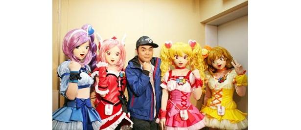 子どもたちにダンスを指導した前田健(写真中央)