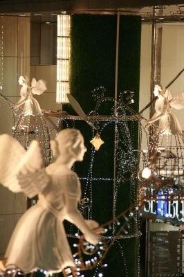 ベルを演奏する仕掛けの8体の天使たちはまるで舞っているかのよう!