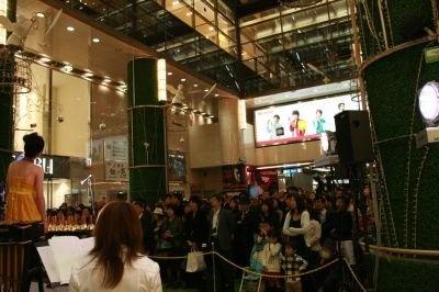 点灯式を待つ観客たち