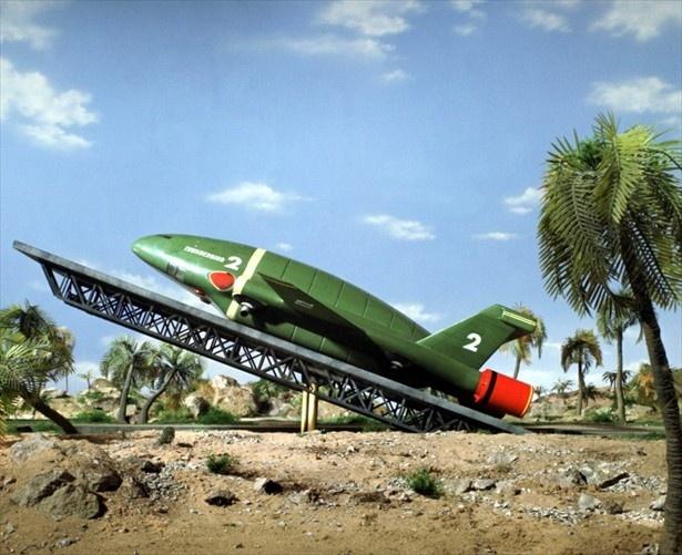 【写真を見る】サンダーバード2号発射時、滑走路脇のヤシの木が倒れる演出が人気に