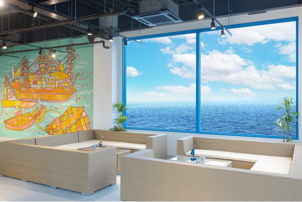 新しくできた「ワーケーションハブ」のスペース。海を望む開放的な雰囲気