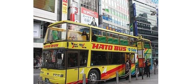 新宿駅東口からは乗車のみ可能。おなじみの黄色い車体には虹とハトが描かれていて、グリーンのシートもキュート
