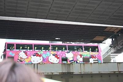 高速道路がうねっているところで、はとバス運行のキティバスに遭遇!キティちゃんが乗っているの分かるかな?高速道路の車まで見えるのも、オープンバスならではだ