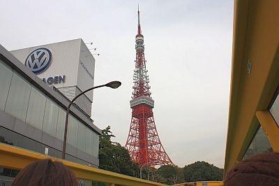 最終目的地の東京タワーへ。ここでは降車して展望台まで上がります。タワーのてっぺんまで見えてシャッターチャンス!