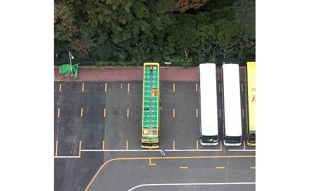 東京タワーの展望台から下を見ると、あ!オープンバスが見える!