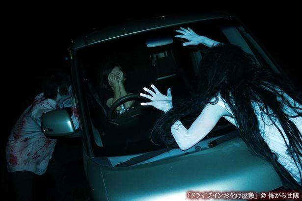 暗闇の中、血まみれの亡者たちが車を襲う