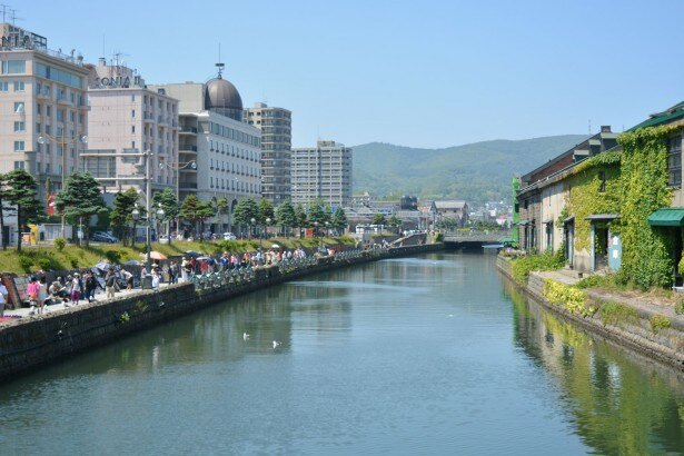 浅草橋から北側を見る昼の小樽運河。ツタの絡まった倉庫が絵になる。小樽運河を見て、次に行くのは……