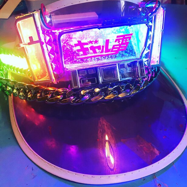 デコトラのように重厚な電飾が輝く「デコトラサンバイザー」