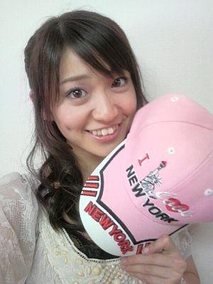 NY公演土産のキャップを出品するチームKの大島優子さん。ほかにも続々アイテムが登場!