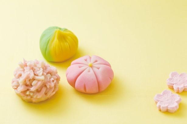 桜の時期の一例は、写真左より時計回りに「春の山」「菜種」の練り切り2種と「さくら」のきんとん1種/亀屋良長