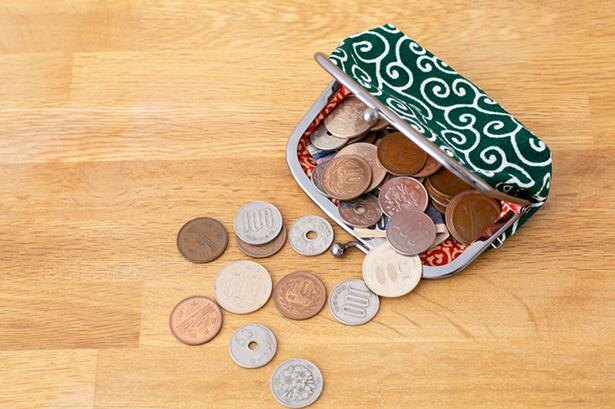 小銭入れに小銭をたくさん入れておくと、出店での買い物に便利だ