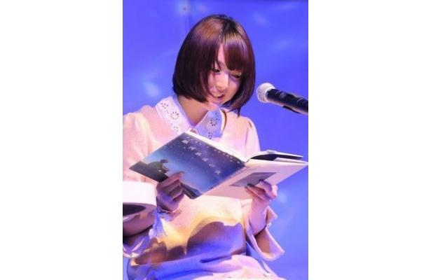花澤香菜は、伊藤真澄のピアノ伴奏の下、宮沢賢治の名著「銀河鉄道の夜」を朗読