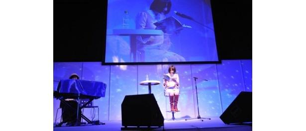 花澤香菜の朗読と、伊藤真澄のピアノの音、幻想的なライトアップに観客は引き込まれた