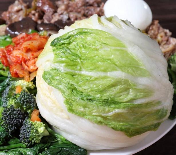 白菜の浅漬けをぐるりと巻いたおにぎり。ご飯が進むこと間違いなしの組み合わせだ