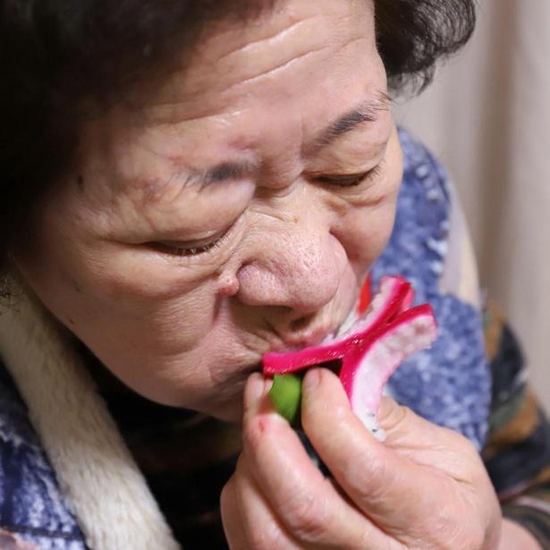 一心不乱にドラゴンフルーツにむしゃぶり付くおばあ。こんな86歳見たことない!