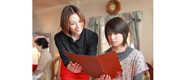米倉涼子は店員に扮(ふん)して南沢奈央演じる志村綾乃に接客