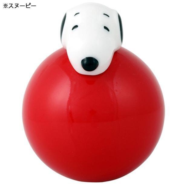 赤のボールに乗るスヌーピーは、お馴染みのドッグハウスに寝ているかのよう