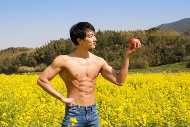 【菜の花畑のマッチョ】菜の花とりんごとマッチョ