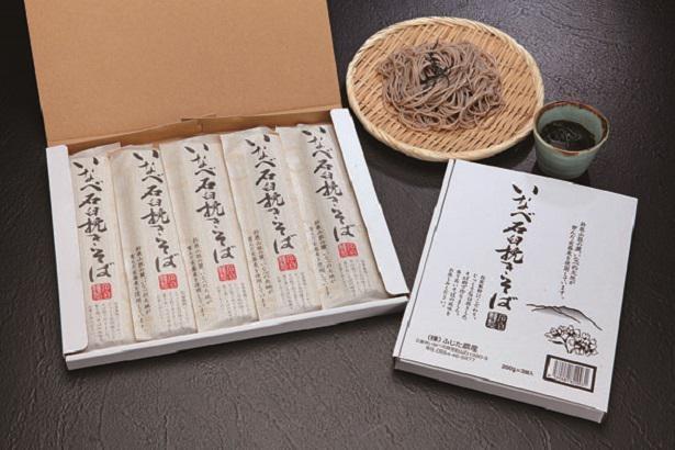 いなべの石臼挽きそば(干しそば)200gが5束入って1800円(送料別途)。そばの風味をダイレクトに楽しむならざるそばがオススメ!
