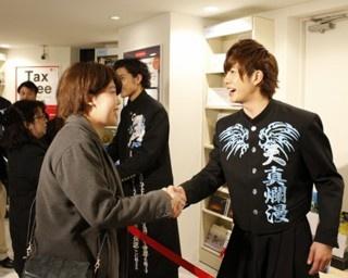 「ボイメンWalker2」予約特典握手会を訪れたファンを出迎える田村侑久と勇翔(ゆうひ)。(写真左から)