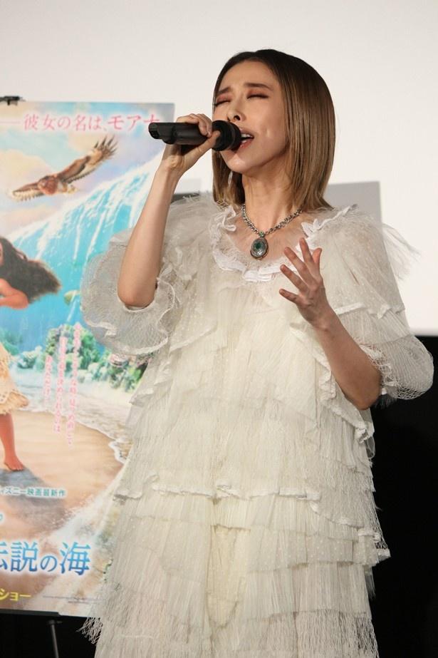 【写真を見る】加藤ミリヤが生歌を披露!
