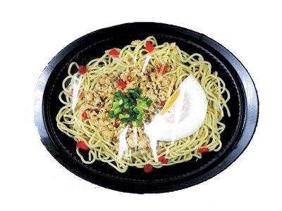 世界の味がこれでもかというほどそろった「ワールドファミリーマートフェア」。写真は、タイの「タイ風鶏のバジル炒め焼そば」(430円)