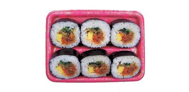 韓国からは、肉そぼろ、玉子、タクアンなどが入った「キムパブ巻き」(320円)が登場